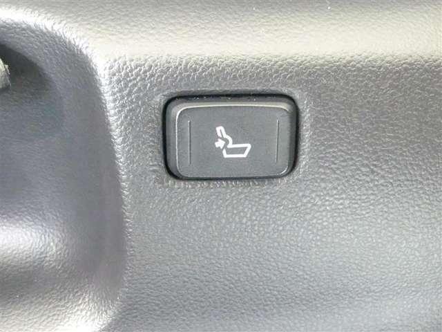 運転席シートの腰部を抑え長距離運転等での疲れを低減します。