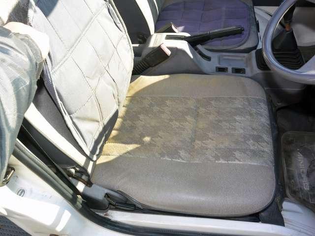 運転席、助手席ともに座布団がおかれていますが、これをめくってもシートは綺麗な状態です。