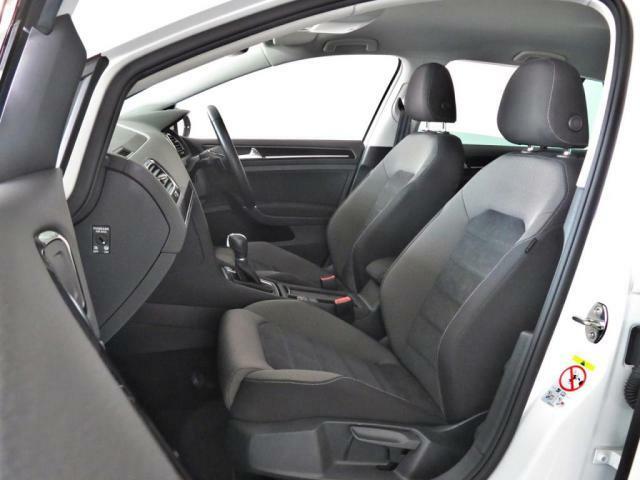 助手席のシートも運転席同様、上下前後に微調整可能です。長時間の乗車でも疲れが少ないシートです。