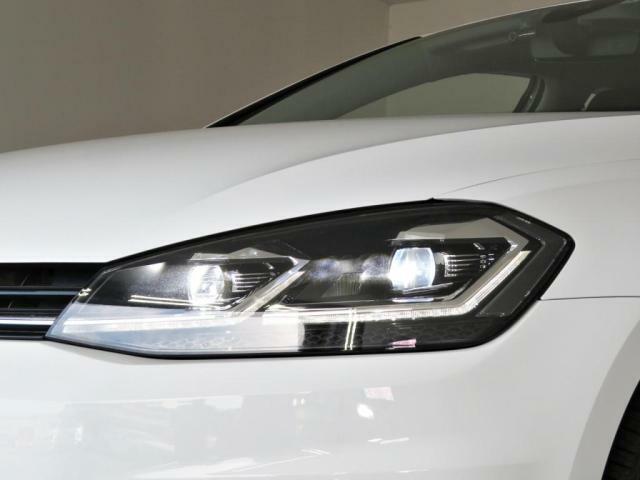 LEDヘッドライトは光軸が左右に動く機能があり、夜間の山道等の走行では威力を発揮してくれます。