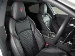 オプションのピエノフィオーレナチュラルレザーを装備。キルティングがデザインと入り、イタリア車ならではのクラフトマンシップが息づいています。
