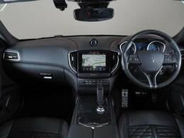 ダッシュボードインテリアは12方向電動調整式フロントシート、オプションのカーボンファイバーインテリアトリム、シートヒーターが装備され、スポーティーな走りの楽しみと快適性を両立。
