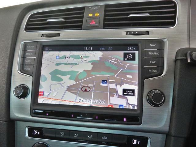 VW専用ナビゲーションのディスカバープロは画面が大きく見易いです。また地デジTVチューナー内臓、DVD再生、スマートフォンをブルートゥース接続可能です。車両のインフォメーションシステムも兼ねています。