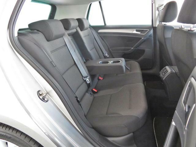 後部座席も足元が広くゆったりと座れてユーティリティ性にも優れております。
