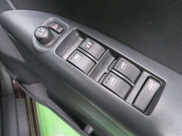 電動格納ミラー! スイッチひとつでミラーを畳めます。