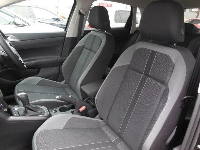 長時間の運転でも疲れにくい硬めの座面と安定感あるフォルムを採用したシート。高さやステアリング位置は運転姿勢に合わせて細かく調整でき、的確なドライビングポジションが得られます。