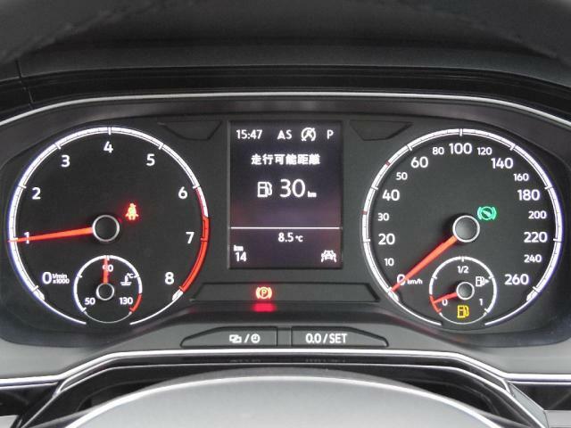 視認性の高いスピードメーターとタコメーター。中央部のマルチファンクションインジケーターは、時刻瞬間平均燃費、走行距離、平均速度、運転時間、外気温などが表示できます。
