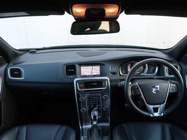2014年モデル V60 T4 Rデザインをご紹介。走行距離も少なく良好な状態を保った1台でございます。スポーティなRデザイン専用アルミホイール、専用レザーシートが魅力的!是非ご覧にお越しください。