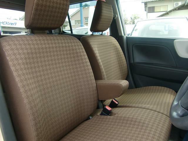 運転席と助手席の狭間にはアームレスト(肘掛)がっ!