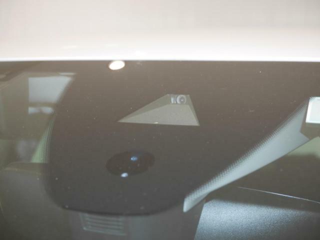 フロントガラス上部に設置されたカメラにより走行中の車線をモニタリング。ドライバーの意図しない車線の逸脱を検知すると、ステアリング補正を行いドライバーのステアリング操作をサポートします。
