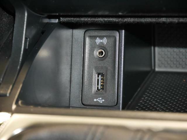 USBポートと外部入力端子AUXも装備しております。メディアプレイヤーの音源を、お楽しみ頂けます。