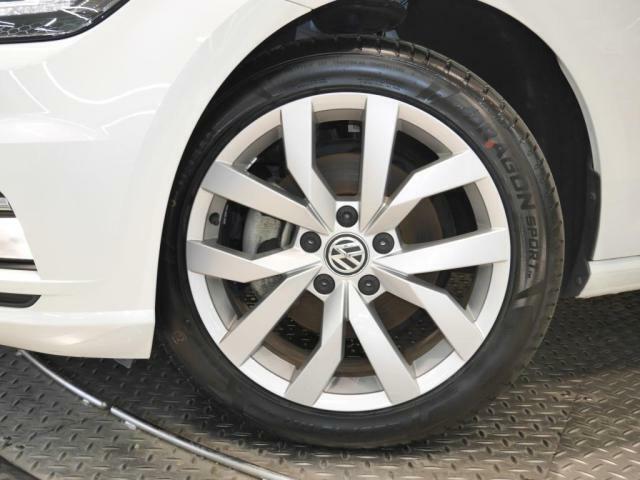 新品タイヤ装着。サイズ 225/45R17 Volkswagen純正アルミホイール。