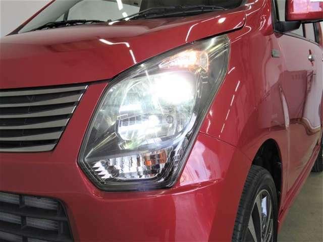 夜のドライブにはとても便利なディスチャージヘッドランプ(HID)。通常のハロゲンよりも約3倍くらい明るいとされていますので、安全性も向上します。さらに青白い光で見た目もカッコいいですね。