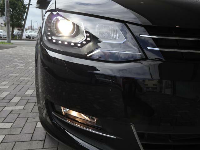 バイキセノンヘッドライト(LEDポジションランプ)+フォグランプ点灯画像です。