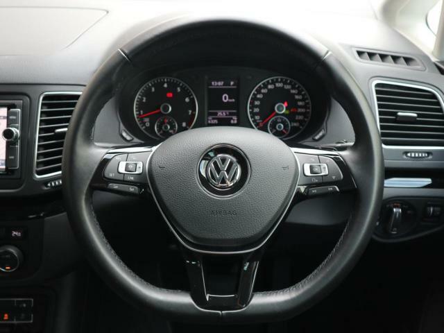 3スポークレザーステアリングには「ACC」操作スイッチやオーディオやメーター中央ディスプレイの操作ボタンが装備されています。走行中、ハンドルから手を離すことなく安全に操作出来ます。