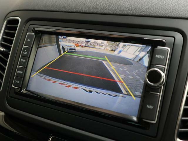 バックカメラも装備され、車庫入れなどの際の後方確認をサポートします。