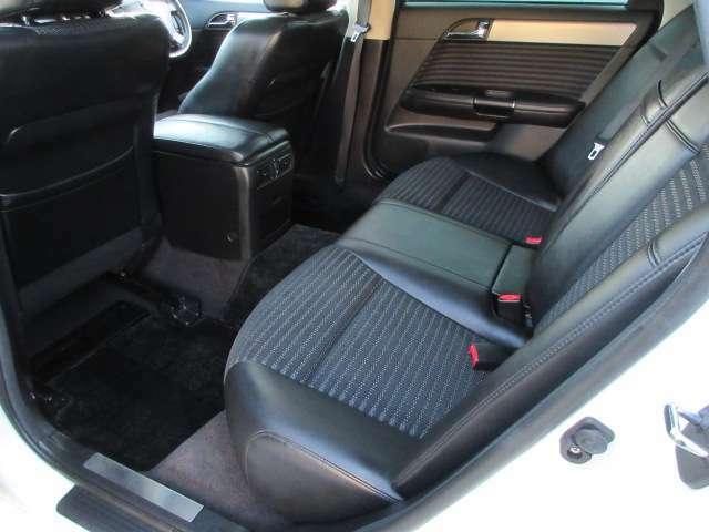 後席の方もゆったりとお乗り頂ける広々とした車内♪座面も広く、深く腰掛けることができますので、窮屈感なくお乗り頂けます♪ゆったりと楽しいドライブを満喫下さいませ♪