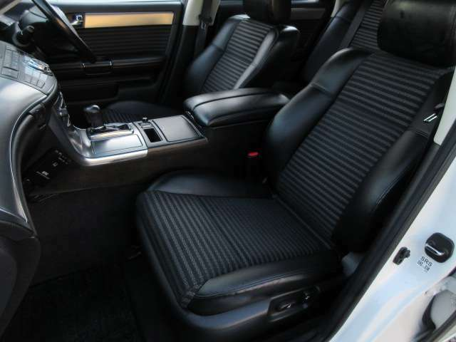 運転席・助手席は電動シート♪内装は清潔感もありきれいな状態です♪快適にお乗りいただけますね♪広々したシートでゆったりとお乗りいただけます♪ハーフレザーでスポーティーな高級感のあるシートです♪
