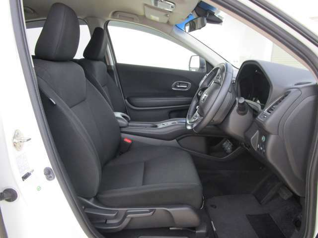 ゆったりとしたフロントシートです。 内装色ブラック 運転席ハイトアジャスター付き。