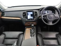 2016年モデル XC90 T6 AWDインスクリプションが入庫。ボルボ自慢の安全支援装備の充実はもちろん、レザーシートの搭載でより高級感を演出。また、快適性も高い次元で両立し、高機能性を提供!