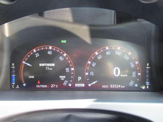メーター廻りは 見やすいスピードメーターを中心にタコメーターと燃料計が付いています