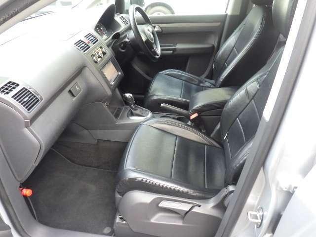 助手席シートも使用感少なく綺麗な状態を保っています。無段階調整式センターアームレストで快適機能も充実しております。