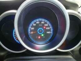 スピードメーターは視認しやすく低燃費走行状況も確認できます