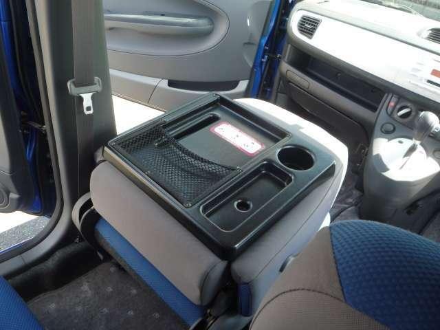 【純正オプションその4】 パッセンジャートレー助手席の背もたれがペタッと倒れて使えるアイテムどす♪ドライブ中の休憩タイムに結構便利よろしいやんか~(^^♪以上、オプション説明は京都弁でした(*ノノ)キャ