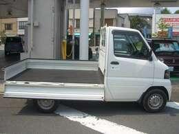 荷台を保護し、荷物の滑りも軽減する荷台マット付きです。