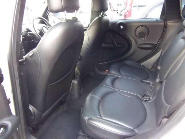 車内も嫌な臭い等もなく、レザーシートのコンディションも良好なお車です。