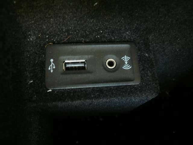USB・イヤホンジャックが御座いますので純正オーディオ環境でipod等の音楽を聴く事が出来ます!