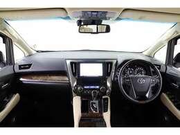 洗練されたデザインで高級感のある運転席廻り。ベージュが基調の内装は室内を明るく広々と感じさせてくれます。充実した収納や使い勝手の良さは運転者を納得させてくれますよ。