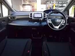 【前方視界】開放的な前方視界!フロントガラスが大きいので、運転がしやすく疲れにくいです♪ナビのモニターも高い位置に有るので視線の移動も少なく済みます!
