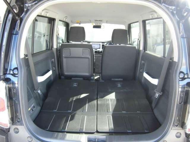 後部座席を両側倒してもらうと更に大きな荷室を活用してもらえます。