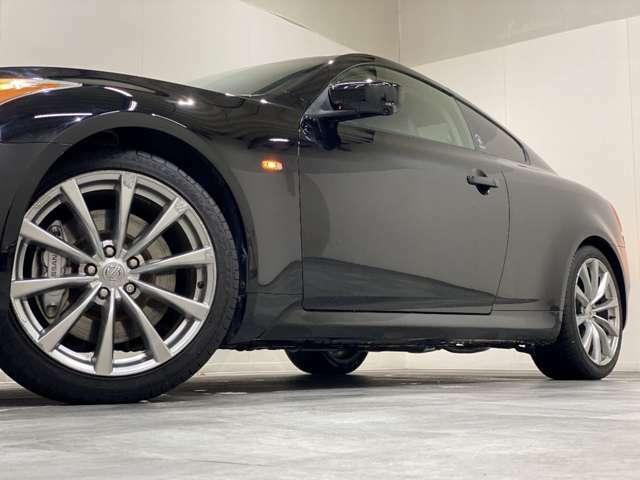 ホイルは純正19インチアルミホイルになります。タイヤは夏冬セットでお付けしますので、余計な出費もかさまず安心です。タイヤサイズ225-45-19。
