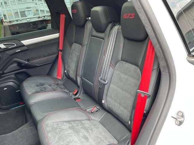 後部座席も3人お乗り頂けます。ご家族でのお出掛け、ご友人とのドライブ、など様々な場面でご利用頂けるかと思います。