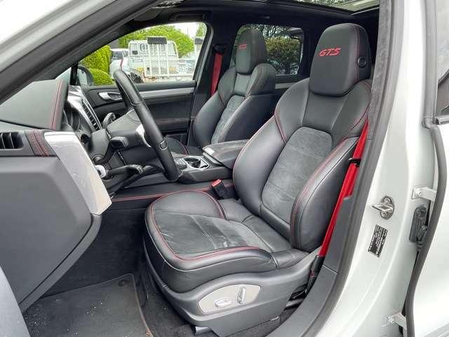 内装はGTS専用のインテリアパッケージを装着しております1台です。ブラックをベースにシートベルトやステッチの赤がスポーティーさと華やかさを感じさせてくれます。