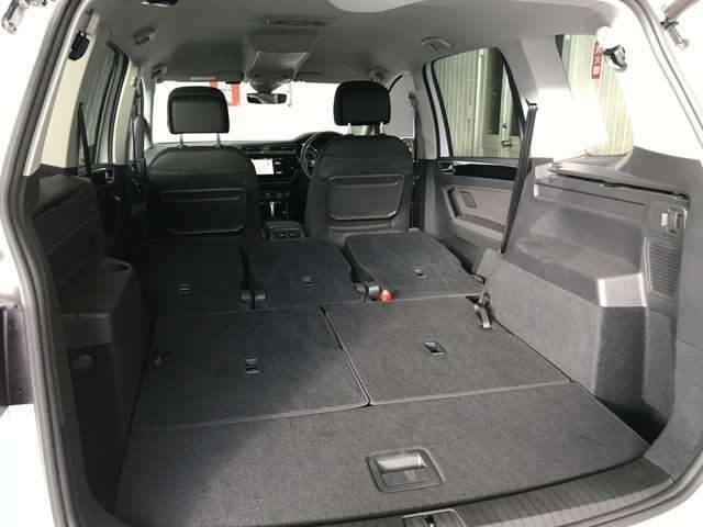 リヤシートを倒せば広いラゲッジスペースができます。