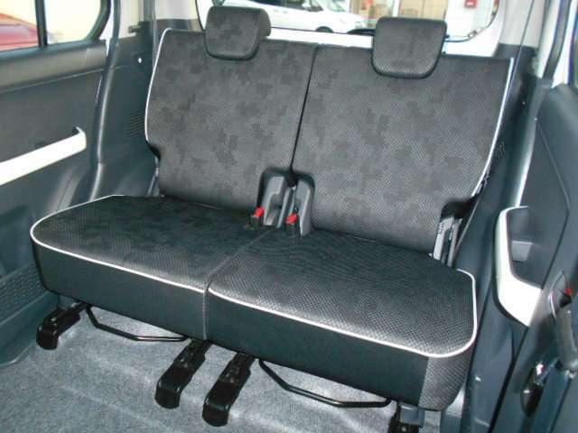 セカンドシートも足元広々、ロングドライブも快適です。