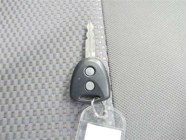 今のクルマには当然のように付いていますが、やっぱりあると便利なキーレスエントリー。ボタン一つでクルマの鍵の開閉が可能です。