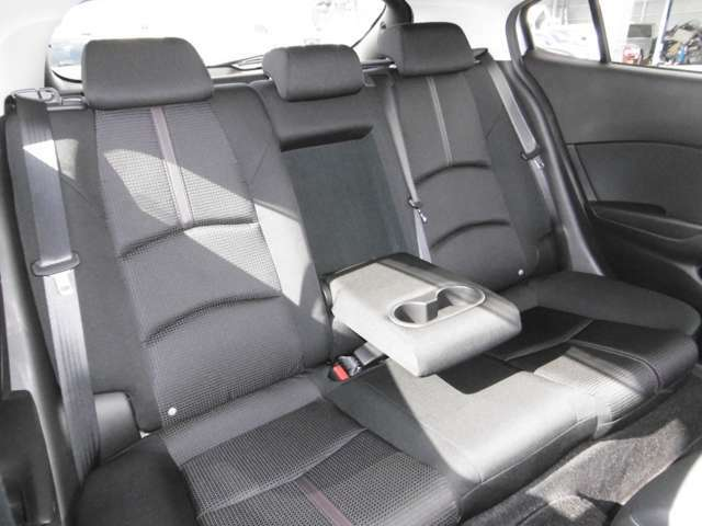 後席も長距離ドライブでも疲れにくいシート構造になっています。