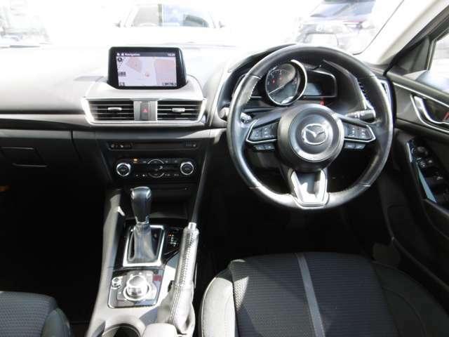 マツダの安全思想「ヘッドアップコクピット」視線移動を極力抑えたモニター位置、運転姿勢を崩さずモニター画面を操作出来るコマンダーコントロールを標準装備
