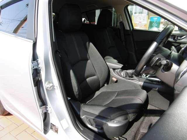 スポーティな黒布シート。前席冬冷たくないシートヒーター装備♪ 運転席6Wayパワーシート(2メモリー機能・アクティブ ドライビング ディスプレイ連動)