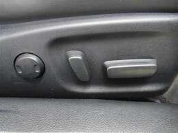 運転する時はドライビングポジションが気になりますよね。パワーシートで座席位置の微調整もしっかりできます。高級感がある装備としても人気があります。