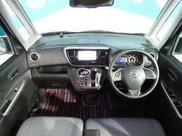 見晴らしのいい運転席とセンターコンソール周り、黒を基調しても開口部が大きいので車内が明るいです