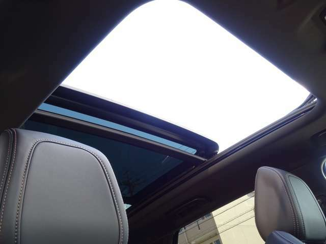 パノラミックサンルーフを装備。車内を明るく、開放的な空間にします。【プジョー大府0562-44-0381】