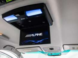 人気装備のALPINE製リアモニターシステムを装着!ワイド画面のフリップダウンモニター搭載!!DVD機能もセットオプションにて完備しております。後席にお乗りになる方やお子様も快適にお過ごし頂けます!!