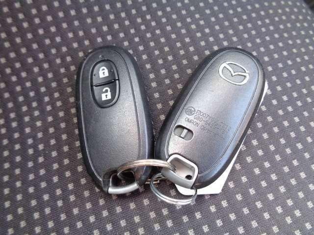 鍵穴に鍵を刺さなくても、持っているだけでエンジン始動、ドアロックが出来る、便利なスマートキー付き!