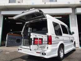 正規ディーラー車はこの年式からリヤゲートが3方開きのダッチドアを採用しております