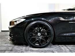 ホイールはHRE FF10 20インチ新品を装着。タイヤも新品になります。